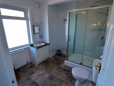Room 8 Large Bathroom